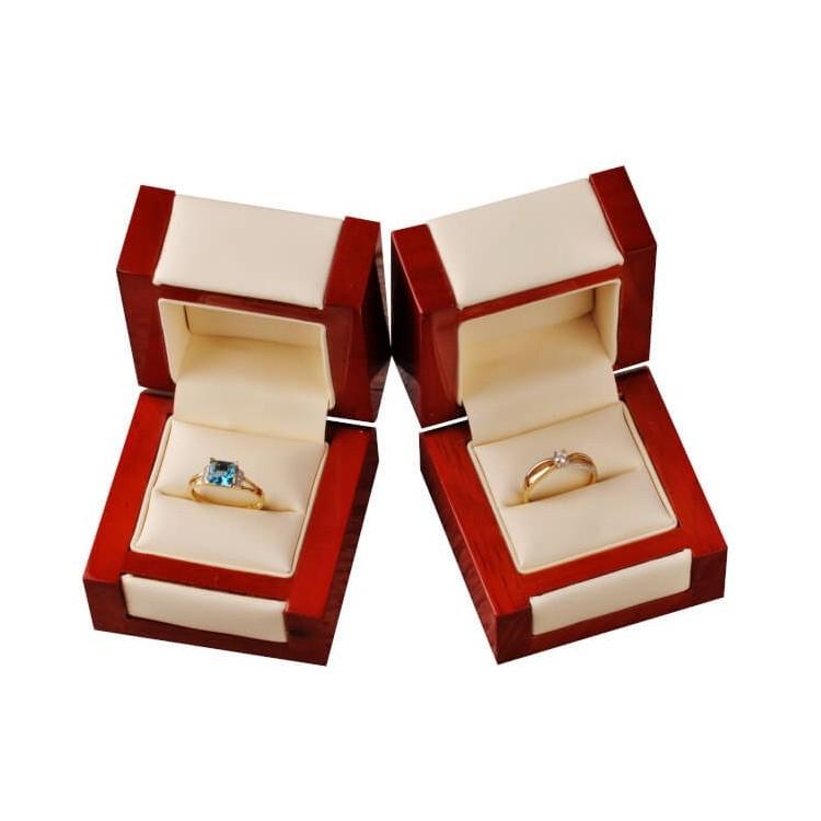 Pierścionek z białego złota z cyrkoniami. Au585.