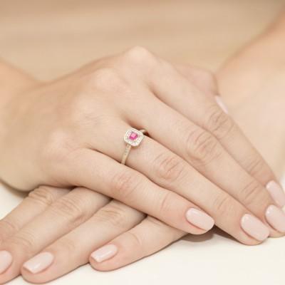 Pierścionek z klejnotami rubin