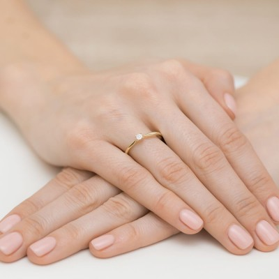 Złoty pierścionek z brylantem na zaręczyny