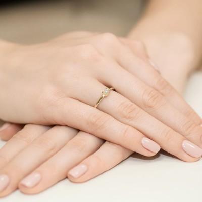 Elegancki pierścionek zaręczynowy żółte złoto 585 z brylantem
